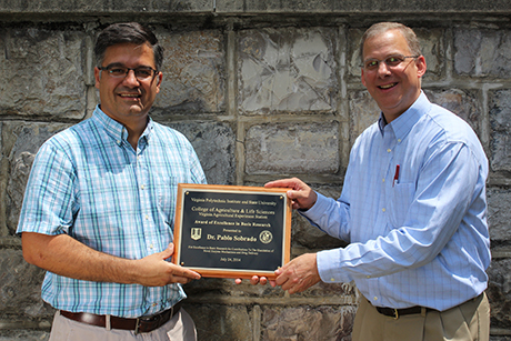 Pablo Sobrado receiving award from Dean Alan Grant